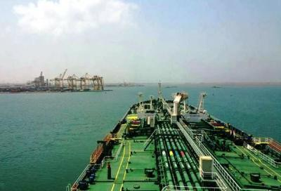 وصول سفينة للحديدة تحمل 20 ألف طن بنزين